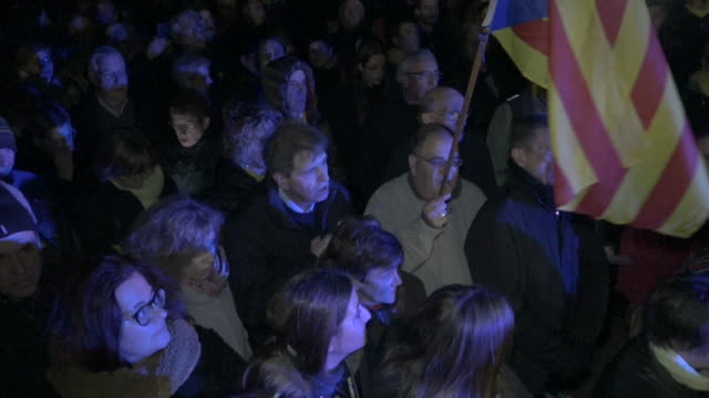vídeos de stock e filmes b-roll de catalan pro-independence audience singing 'la melodia dels indignats', 'the melody of the indignant' at lledoners prison during a christmas day... - independência