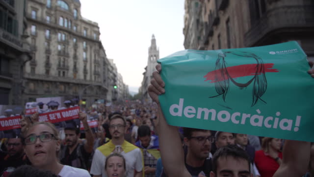 catalonia demonstration at barcelona to demand independence from spain - 招貼 個影片檔及 b 捲影像