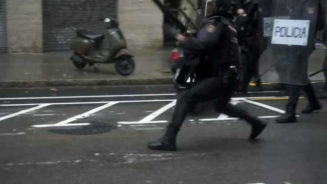 Catalonia independence demonstrations T01101704 / TX Riot police officer firing rubber bullets in street on day of Catalan independence referendum...