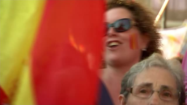 unity demonstration in barcelona barcelona close shots of members of large crowd chanting prospanish songs at antiindependence nationalist... - ジャッキー ロング点の映像素材/bロール