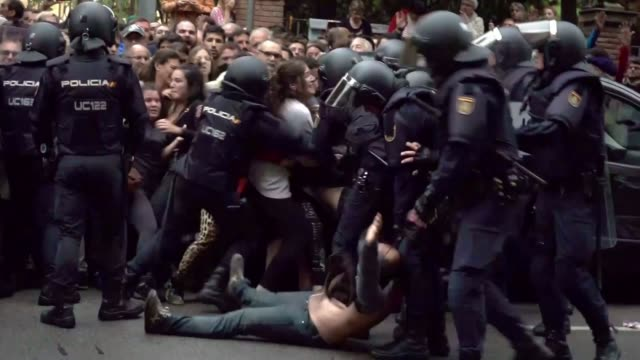 Thousands protest after government moves to institute direct rule T01101704 / 1102017 Catalonia Barcelona EXT Riot police on the street after the...