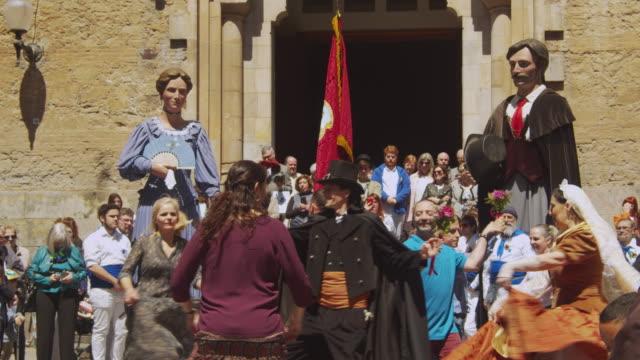 vídeos y material grabado en eventos de stock de catalonia traditional celebration with gegants giant puppets at a barcelona gracia district square with a church - marioneta