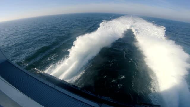 katamaran färja segel snabbt över östersjön och gör stora vågor - motorbåt bildbanksvideor och videomaterial från bakom kulisserna