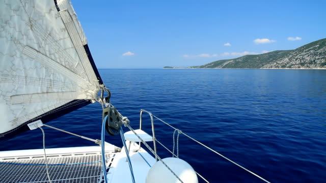 vidéos et rushes de hd: navigation sur catamaran le long de la côte - voilier à moteur