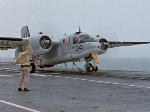 catapult officer giving launch signal to s-2d on intrepid during recovery exercise for gemini 3 - menschliche gliedmaßen stock-videos und b-roll-filmmaterial