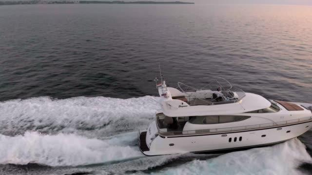 vidéos et rushes de arrête-moi si tu peux - yacht de luxe naviguant sur la mer - voilier à moteur