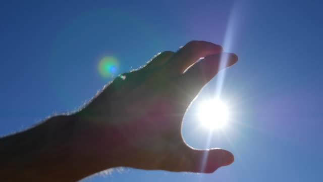 vídeos y material grabado en eventos de stock de tomar el sol. - atrapar