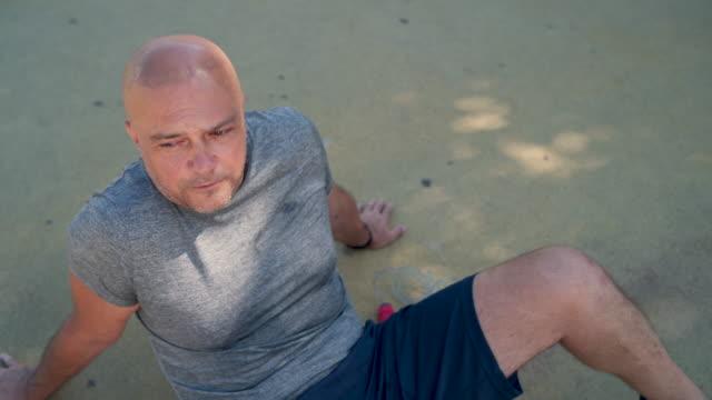 ハードトレーニングの後に息を引き取る - 中年の男性一人点の映像素材/bロール