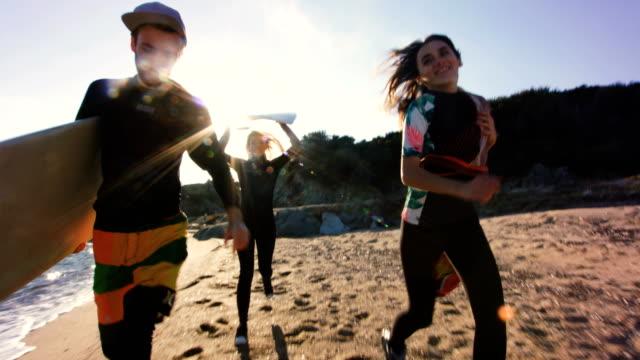 vídeos de stock, filmes e b-roll de pegando uma onda 4k - diving suit