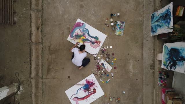 Fang Künstler während er malt