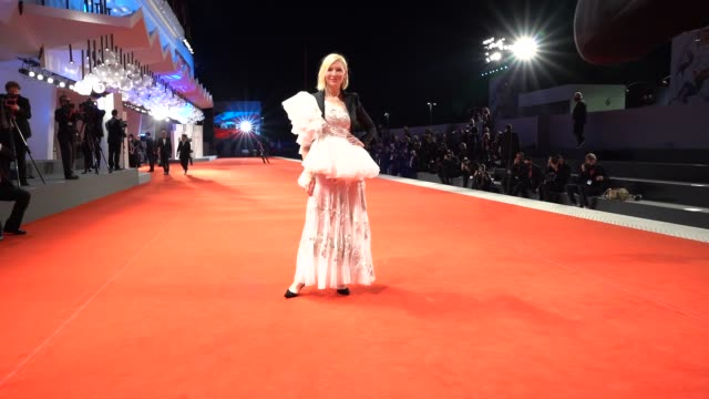 stockvideo's en b-roll-footage met cate blanchett arrives on the red carpet ahead of the 'love after love ' screening during the 77th venice film festival on september 08 2020 in... - filmfestival