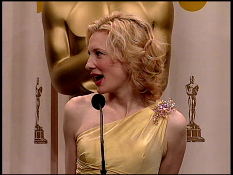 cate blanchett at the 2005 academy awards at the kodak theatre in hollywood, california on february 27, 2005. - ケイト・ブランシェット点の映像素材/bロール