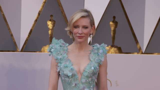 cate blanchett at the 88th annual academy awards - arrivals at hollywood & highland center on february 28, 2016 in hollywood, california. 4k... - ケイト・ブランシェット点の映像素材/bロール