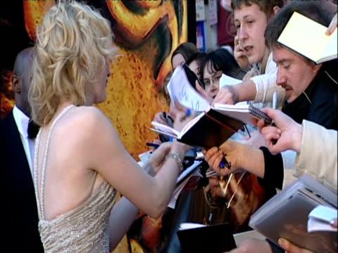 vídeos y material grabado en eventos de stock de cate blanchett smiles at crowd of fans whilst signing autographs on bafta red carpet london 12 feb 05 - autografiar