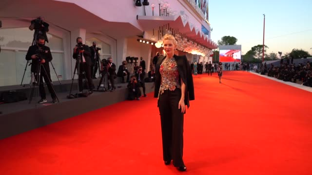 cate blanchett walks the red carpet ahead of the amants red carpet during the 77th venice film festival at sala darsena on september 3, 2020 in... - ケイト・ブランシェット点の映像素材/bロール