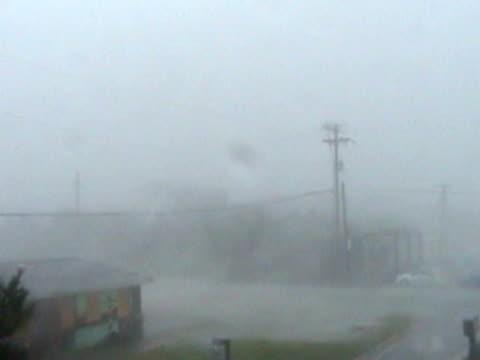vídeos y material grabado en eventos de stock de category-2 hurricane making landfall during the daytime. - meteorología extrema