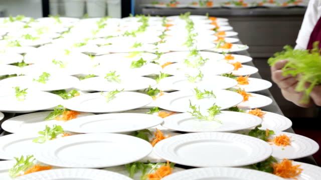 vídeos de stock e filmes b-roll de alimentares de preparação de alimentos. - banquete