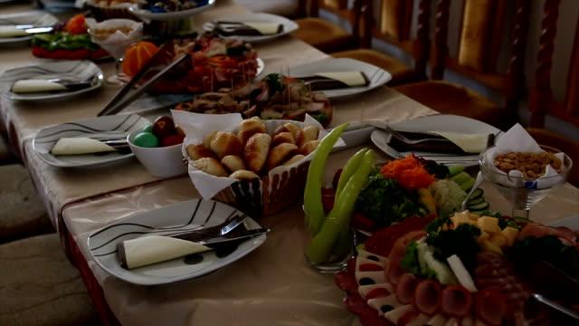 vídeos y material grabado en eventos de stock de mesa catering de alimentos set decoración - menos de diez segundos