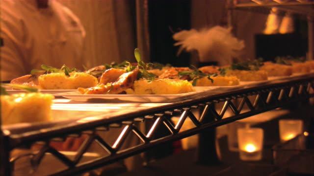vídeos de stock, filmes e b-roll de serviço de bufê, saboreie tamanho refeição, pequenos pratos, petiscos, festa. - buffet refeições