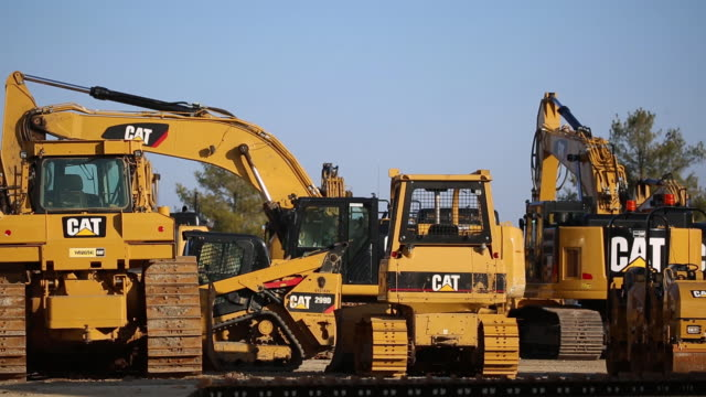 vídeos de stock e filmes b-roll de caterpillar inc. earth moving equipment displayed for sale at the whayne supply co. dealership in louisville, kentucky, u.s., on monday, jan 27, 2020. - caterpillar inc
