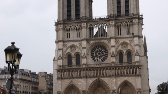 cathédrale notre-dame de paris - fahrradtaxi stock-videos und b-roll-filmmaterial
