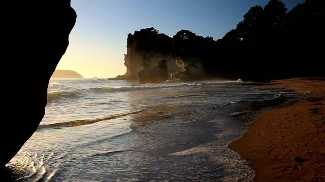 vidéos et rushes de cathedral cove beach - région du northland