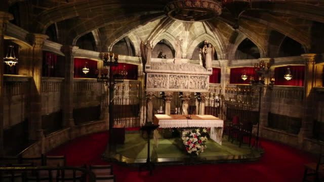 cathedral (cathedral of santa eulalia), crypt of santa eulalia with the sarcophagus, barcelona, spain - ゴシック地区点の映像素材/bロール