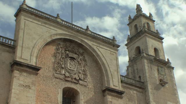 vídeos y material grabado en eventos de stock de ms cathedral facade and bell tower against sky / merida, yucatan, mexico - mérida méxico