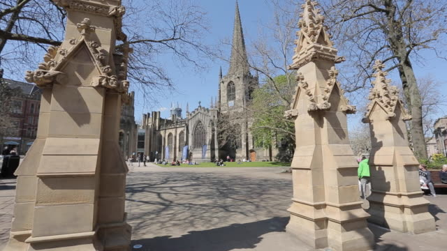 cathedral in city centre, sheffield, south yorkshire, england, uk, europe - シェフィールド点の映像素材/bロール