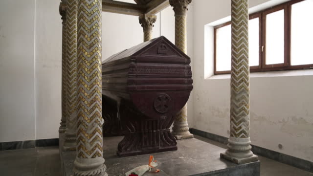 vidéos et rushes de cathedral, monumental tomb of empress constance of sicily, palermo, sicily. - cathédrale