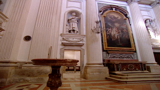vidéos et rushes de cathedral of saint feliciano. pan of the nave of the neoclassical cathedral reconstructed in the 17th century by architect giusseppe piermarini. - style néoclassique