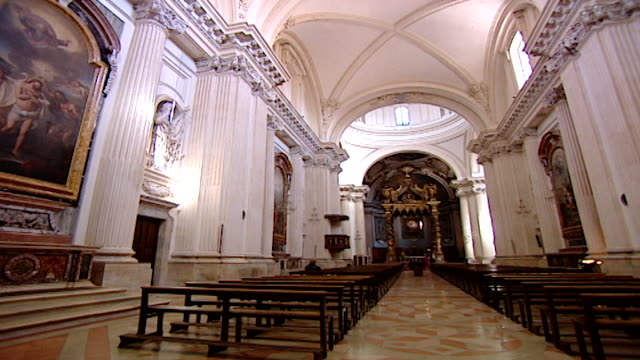 vidéos et rushes de cathedral of saint feliciano. pan-right of the nave of the neoclassical cathedral reconstructed in the 17th century by architect giusseppe piermarini. - style néoclassique