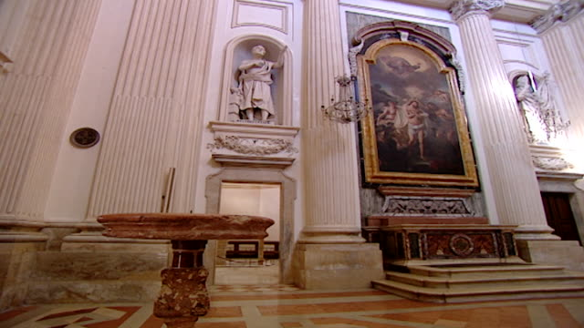 vidéos et rushes de cathedral of saint feliciano. pan-right view of the inside of the neoclassical cathedral reconstructed in the 17th century by architect giusseppe... - style néoclassique