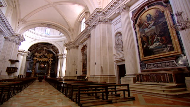 vidéos et rushes de cathedral of saint feliciano. view of the nave of the neoclassical cathedral reconstructed in the 17th century by architect giusseppe piermarini. - style néoclassique