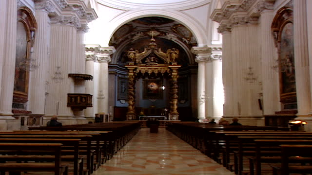 vidéos et rushes de cathedral of saint feliciano. view of the the gilded baldachin over the main altar, built in the 18th century by antonio calcioni for the roscioli... - style néoclassique
