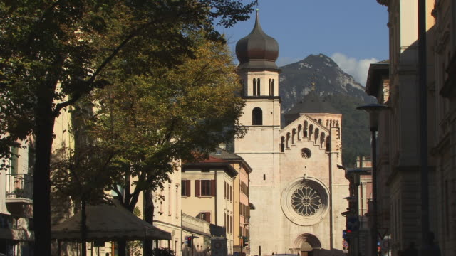 MS, Cathedral of Saint Vigilio with mountains in background, Trento, Dolomites, Alps, Italy