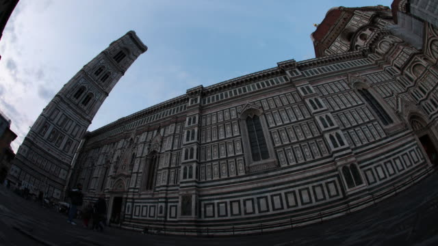 cathedral of santa maria del fiore in piazza del duomo / florence, italy - kathedrale stock-videos und b-roll-filmmaterial
