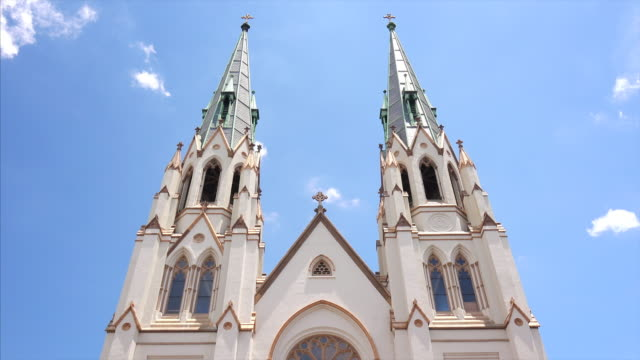 cathedral of st john the baptist in savannah, georgia, exterior - kirchturmspitze stock-videos und b-roll-filmmaterial