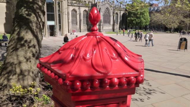 vídeos y material grabado en eventos de stock de cathedral & red post box in city centre, sheffield, south yorkshire, england, uk, europe - buzón postal