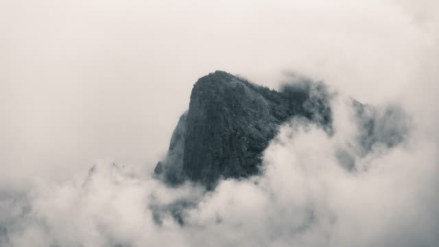 cathedral rocks bekränzt in nebel, yosemite-nationalpark - zeitraffer - yosemite nationalpark stock-videos und b-roll-filmmaterial