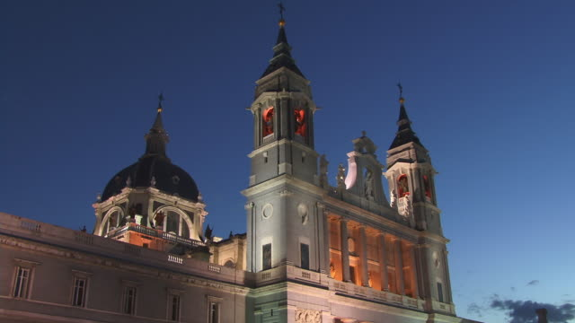 vidéos et rushes de ms, tu, la, cathedral santa maria la real de la almudena at dusk, madrid, spain - style néoclassique