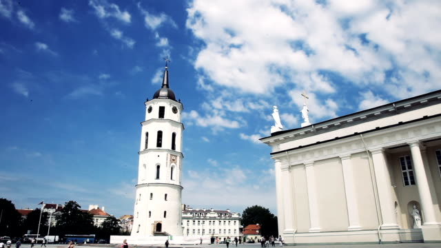 cathedral square im stadtzentrum von vilnius - christchurch stock-videos und b-roll-filmmaterial