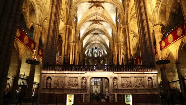 cathedral (cathedral of santa eulalia), view of the marble choir stalls, barcelona, spain - ゴシック地区点の映像素材/bロール