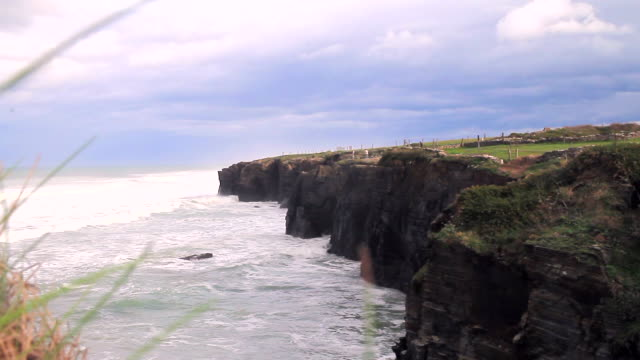 vídeos de stock e filmes b-roll de cathedrals beach - penhasco caraterísticas do território