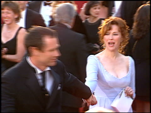 vídeos de stock e filmes b-roll de catherine o'hara at the 1996 academy awards arrivals at the shrine auditorium in los angeles california on march 25 1996 - 68.ª edição da cerimónia dos óscares