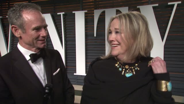 vídeos y material grabado en eventos de stock de interview catherine o'hara at the 2015 vanity fair oscar party hosted by graydon carter at wallis annenberg center for the performing arts on... - vanity fair oscar party
