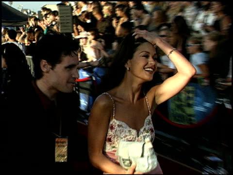 catherine zeta jones at the 1999 mtv movie awards entrances at barker hanger in santa monica, california on june 5, 1999. - catherine zeta jones video stock e b–roll