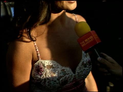 catherine zeta jones at the 1999 mtv movie awards entrances at barker hanger in santa monica, california on june 5, 1999. - キャサリン・ゼタ・ジョーンズ点の映像素材/bロール