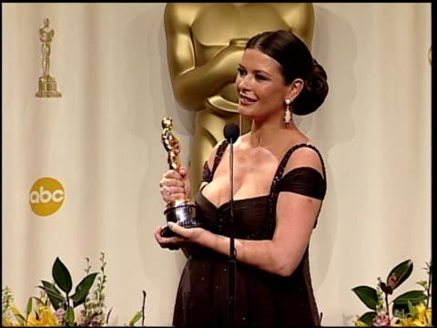 catherine zeta jones at the 2003 academy awards at the kodak theatre in hollywood, california on march 23, 2003. - catherine zeta jones video stock e b–roll