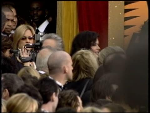 stockvideo's en b-roll-footage met catherine zeta jones at the 2004 academy awards arrivals at the kodak theatre in hollywood, california on february 29, 2004. - 76e jaarlijkse academy awards